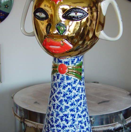 Pestrobarevné sochy z keramiky