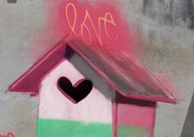 Ptačí budka a létající křeslo: Streetová umělkyně ze Španělska překvapuje svým graffiti