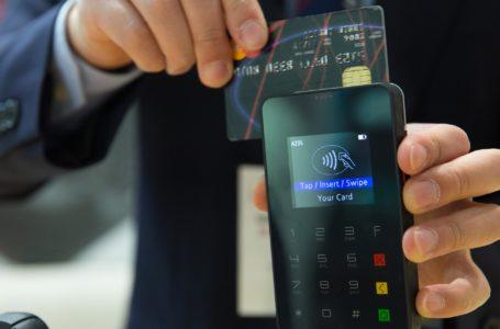 Podíl plateb kartou v nouzovém stavu výrazně vzrostl. V malých prodejnách se nyní vrací knormálu, u e-shopů zůstává vysoký